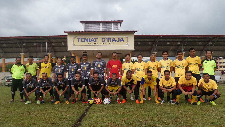 Perlawanan persahabatan bola sepak antara pasukan Majlis Daerah Jeli menentang JPAM JELI